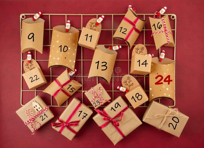 Kalendarz adwencyjny z pudełkami na karton na pokładzie siatkowym zdjęcie stock