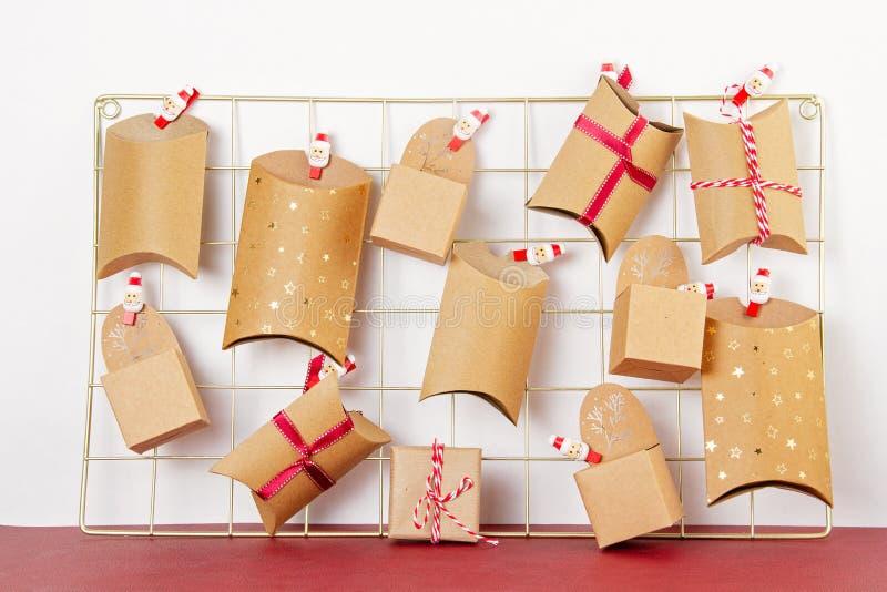 Kalendarz adwencyjny z pudełkami na karton na pokładzie siatkowym obrazy stock