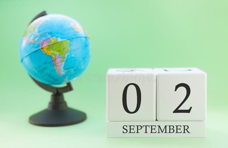 Kalendarz robić drewno na jasnozielonym tle, 02 miesiąc Wrzesień dzień, jesień 2nd dzień zdjęcia royalty free