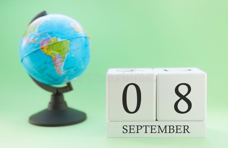 Kalendarz robić drewno na jasnozielonym tle, 08 miesiąc Wrzesień dzień, jesień 8th dzień obraz stock