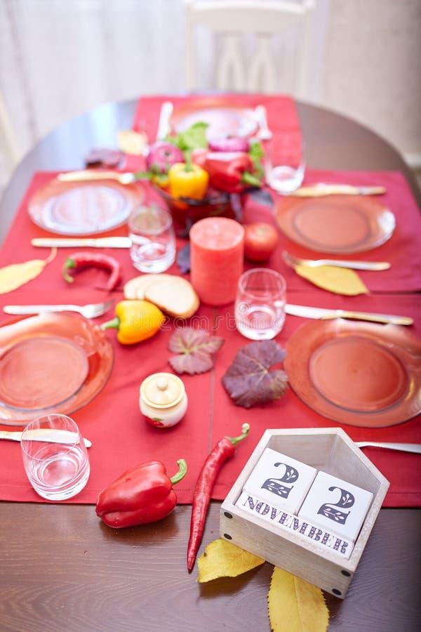 Kalendarz z datą 22 Listopad - święto dziękczynienia na czerwonym stołowym tle Dziękczynienie 2018 zdjęcia royalty free
