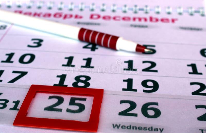 Kalendarzowego pióra czerwony kłamstwo na stole zdjęcie royalty free