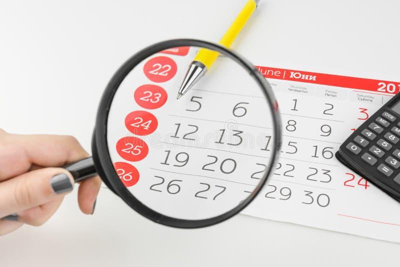 Kalendarzowi dni Patrzeje Przez Powiększać - szkło obraz stock