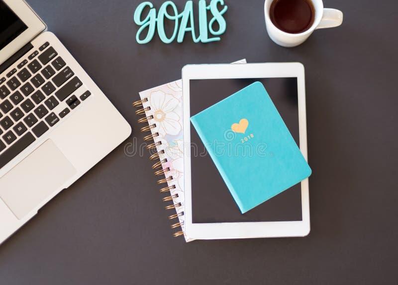 Kalendarzowy mieszkanie kłaść z laptopem, kawowym czarnym biel i turquoi obraz stock