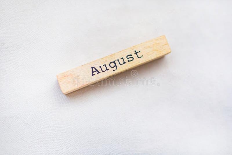 Kalendarzowy pojęcie Drewniany kawałek z lato miesiąca imieniem Dekoraci pojęcie obraz royalty free
