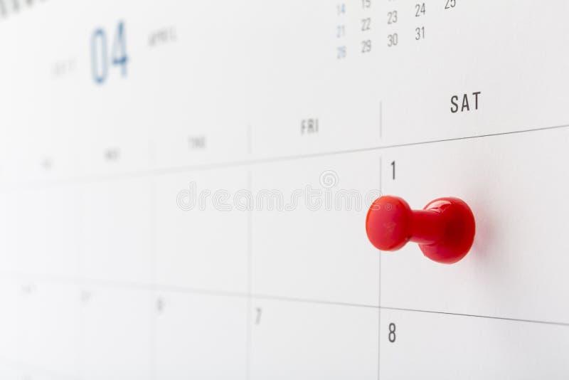 Kalender für April mit dem ersten Tag beringt im Stift, Dummkopftageskonzept stockbilder
