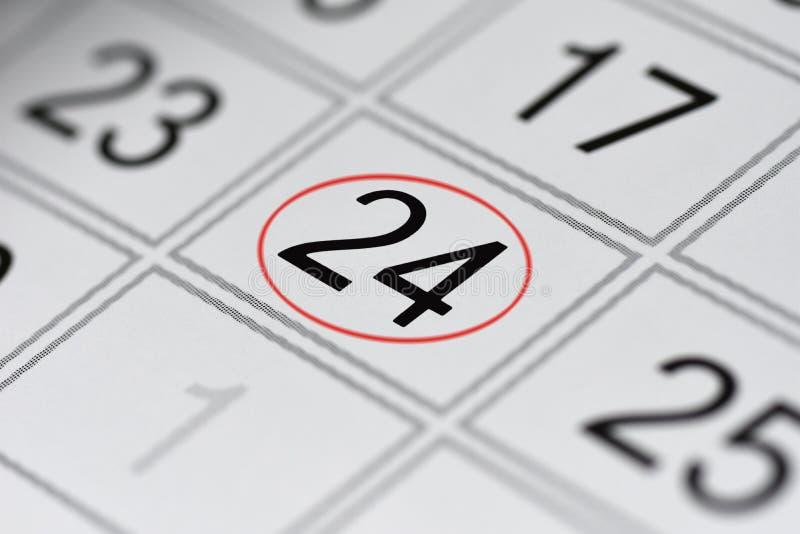 Kalender, Kennzeichenwochentag, Datum im roten Kreis, Anmerkung, Scheduler, Notiz, sparen das Datum, 24 stockfoto