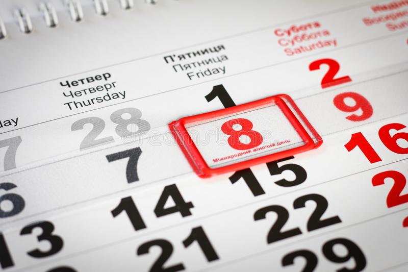 Kalender med den röda fläcken på 8 mars dagblomman ger m?drar mumsonen till royaltyfri fotografi