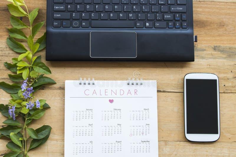 Kalender med utrustningkontoret för affärsarbete royaltyfri fotografi