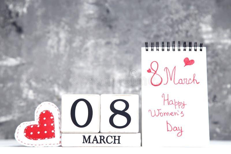 Kalender met stoffenhart en tekst 8 de Dag van de Gelukkige Vrouwen van Maart royalty-vrije stock foto's