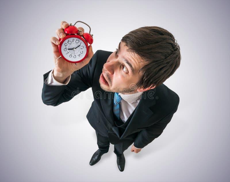 Kalender mit Datums-Ikone innerhalb des Ziels auf Digital-Hintergrund Junge betonten Mann betrachten Uhr und müssen sich beeilen stockfotografie