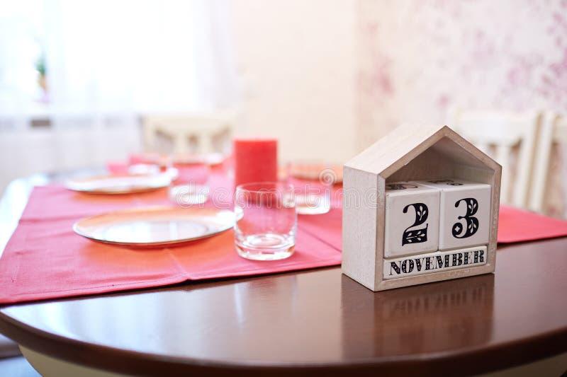 Kalender mit einem Datum am 23. November an einem Tabellenhintergrund Danksagung, die 2017 feiert Kopieren Sie Platz lizenzfreie stockfotografie