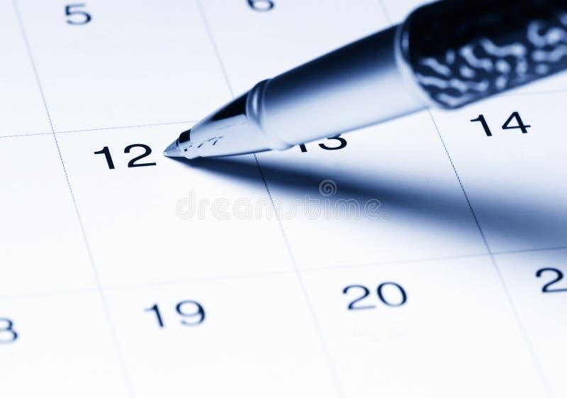 Kalender mit Feder lizenzfreies stockfoto