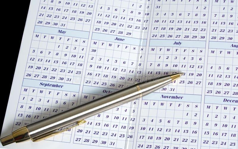 Kalender mit Feder lizenzfreie stockfotos