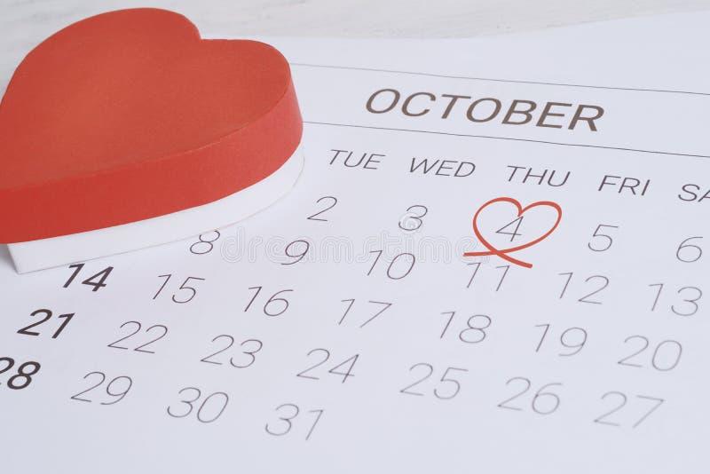 Kalender mit roter Geschenkbox lizenzfreies stockfoto
