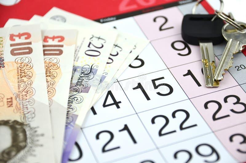 Kalender mit Schlüsseln und Geld stockfoto