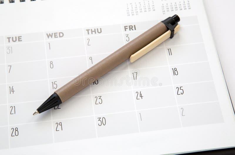 Kalender och penna arkivfoton