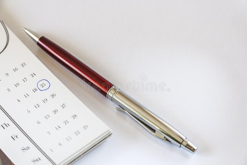Kalender och penna royaltyfri bild