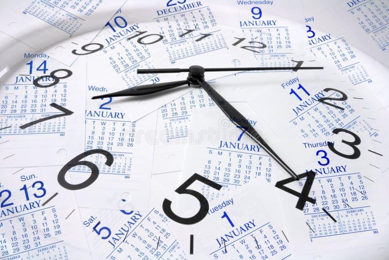 Kalender-Seiten und Borduhr stockfotografie