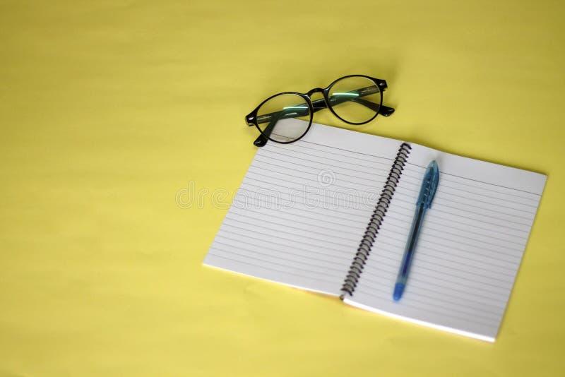 Kalender- und Anmerkungsbuch auf dem Tisch stockfoto
