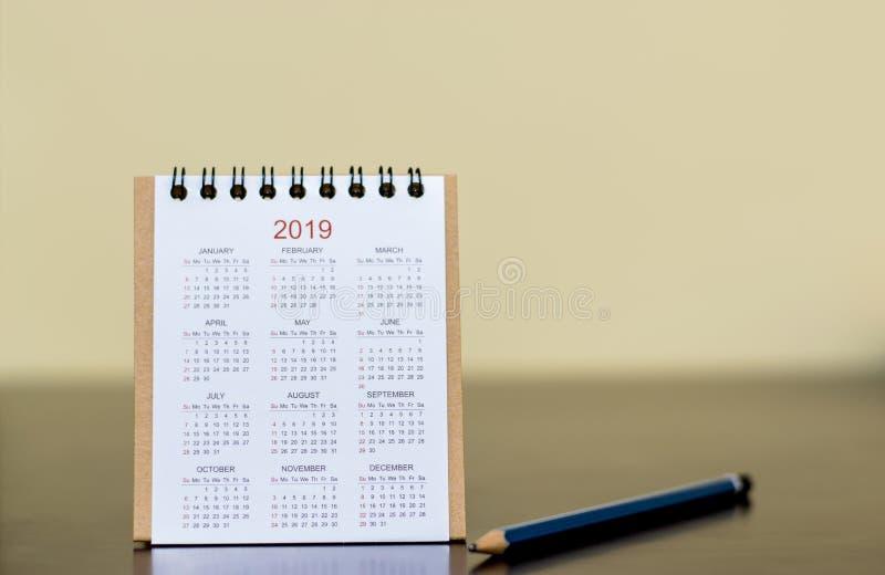 Kalender van 2019 met potlood op lijst Het schavende werk om te zijn succes royalty-vrije stock foto