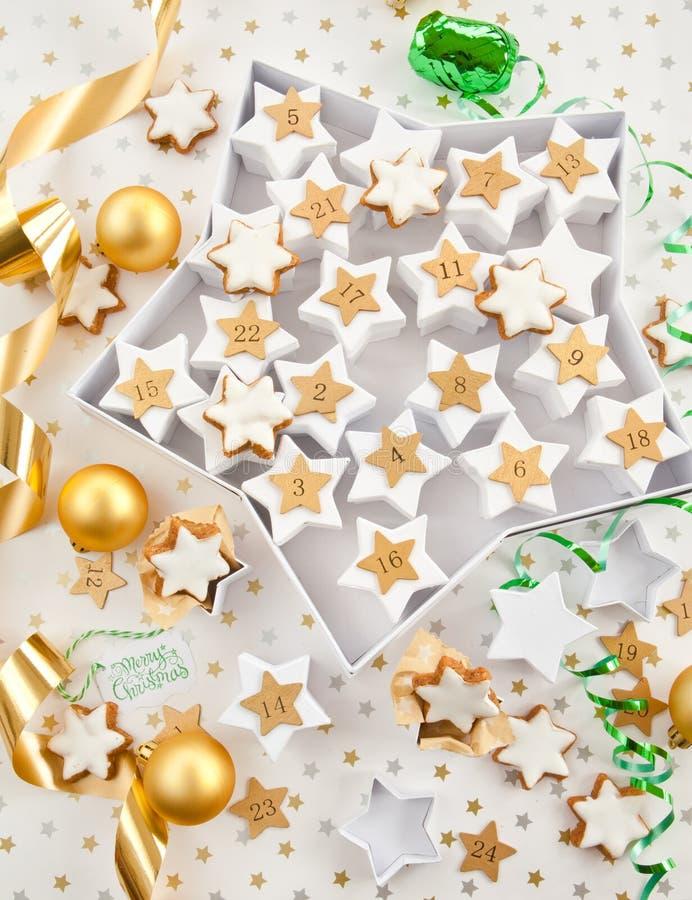 Kalender voor komst met koekjes stock afbeelding