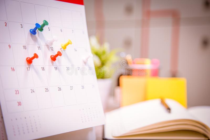 Kalenderhändelsestadsplaneraren är upptagen kalendern klockan som ställer in schemat, organiserar schema royaltyfria foton