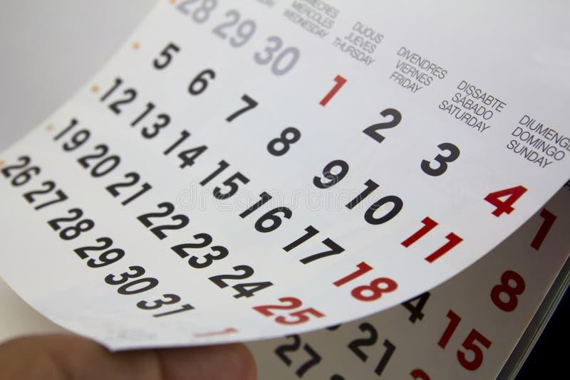 Kalendernahaufnahme mit dem menschlichen Finger lizenzfreie stockfotos
