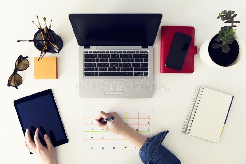 Kalenderplanertagesordnungs-Zeitplankonzept Frau, die in ihrem O arbeitet stockbilder