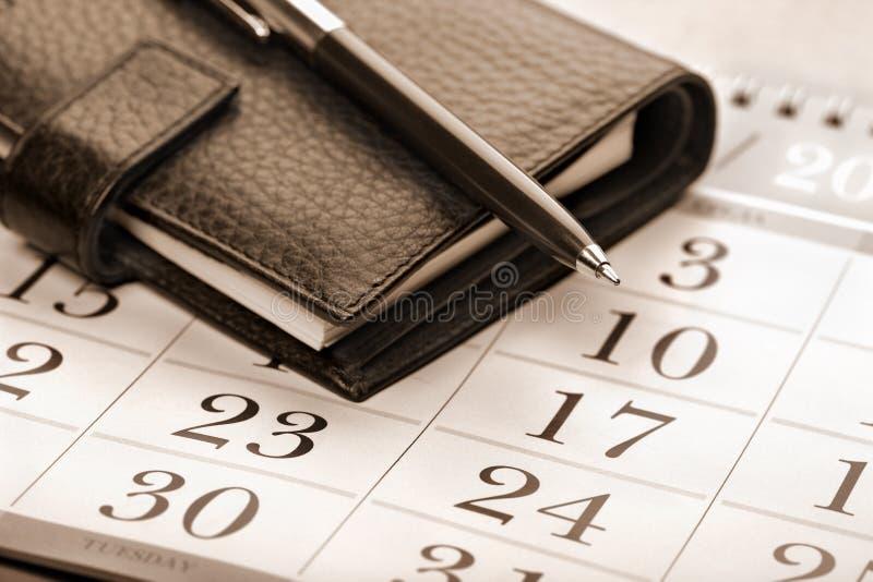 Kalenderseite, -feder und -planer lizenzfreies stockbild