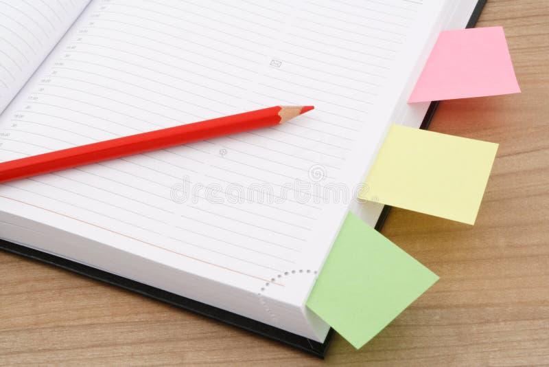 Kalendersida med den röda blyertspennan arkivbild