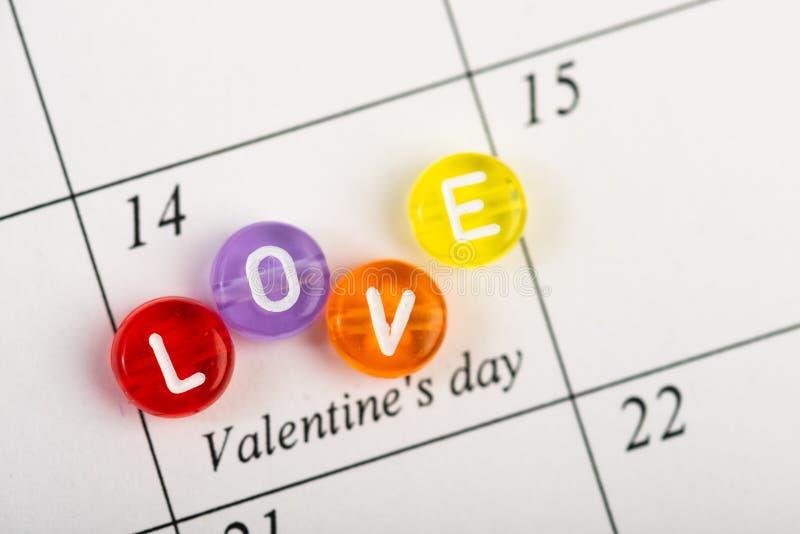 Kalendersida med röda hjärtor på Februari 14 av den Sanka valentindagen arkivfoton