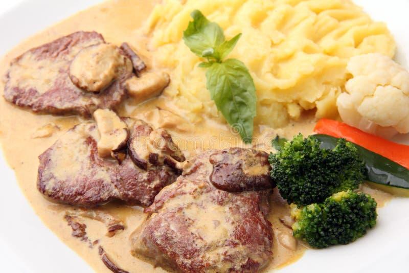 Kalfsvlees in een romige saus met paddestoelen royalty-vrije stock foto's