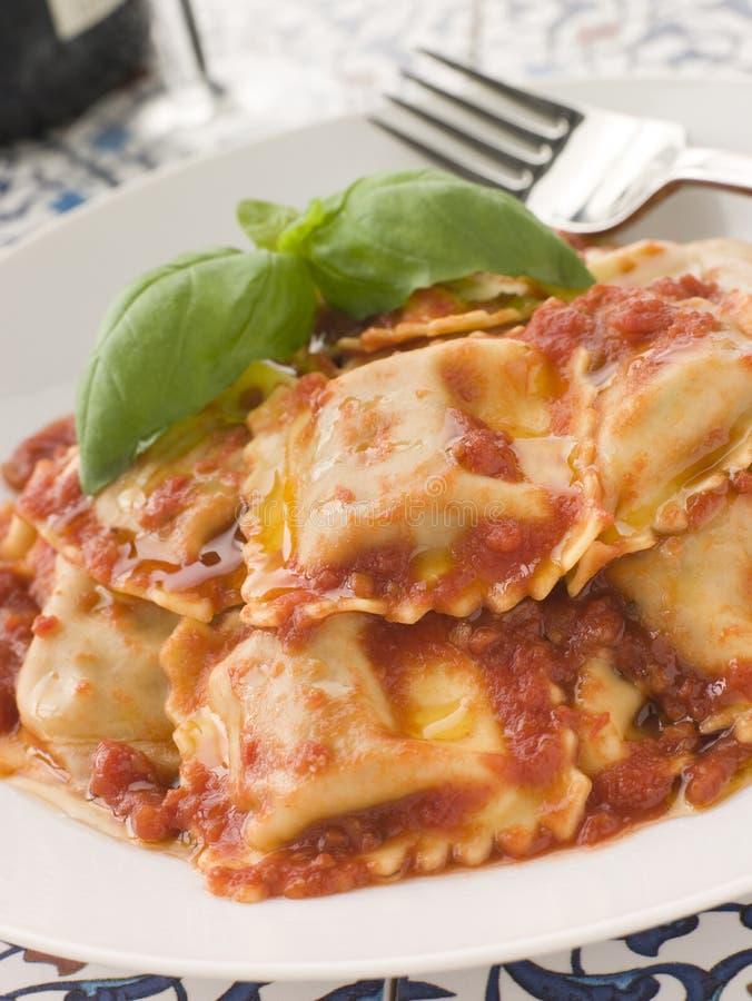 Kalfsvlees en Wijze Ravioli met de Saus van de Tomaat en van het Basilicum stock fotografie