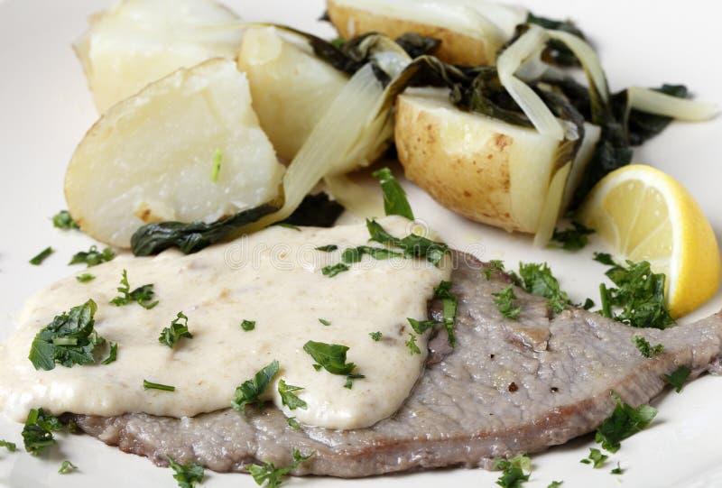 Kalfsvlees escalope met jus en aardappels royalty-vrije stock foto