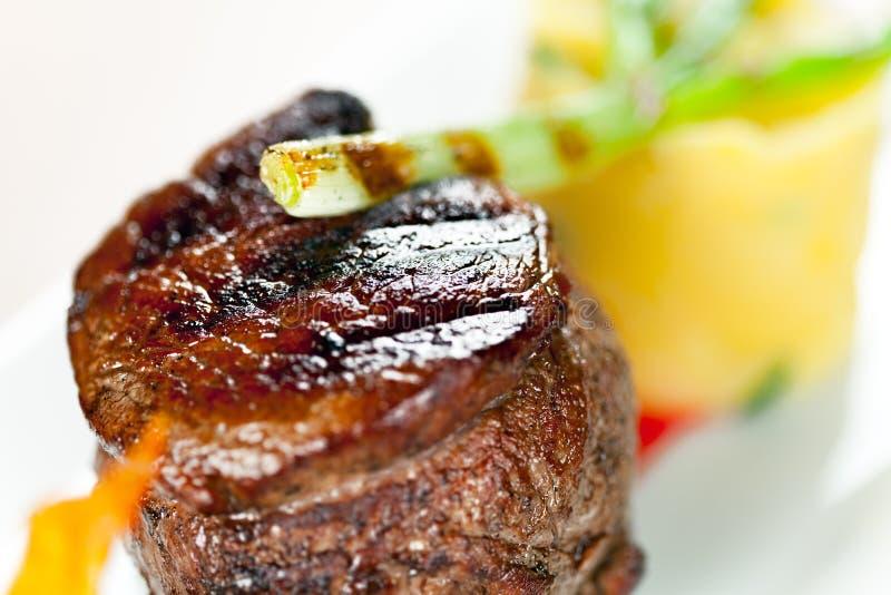 Kalfsvlees Met Fijngestampte Aardappels Groene Ui Royalty-vrije Stock Afbeelding