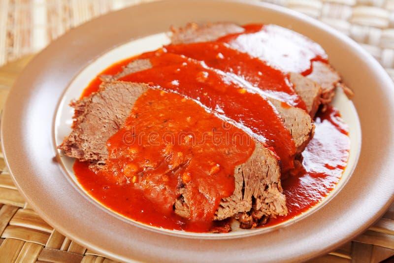 Kalfsvlees met tomatensaus stock foto's