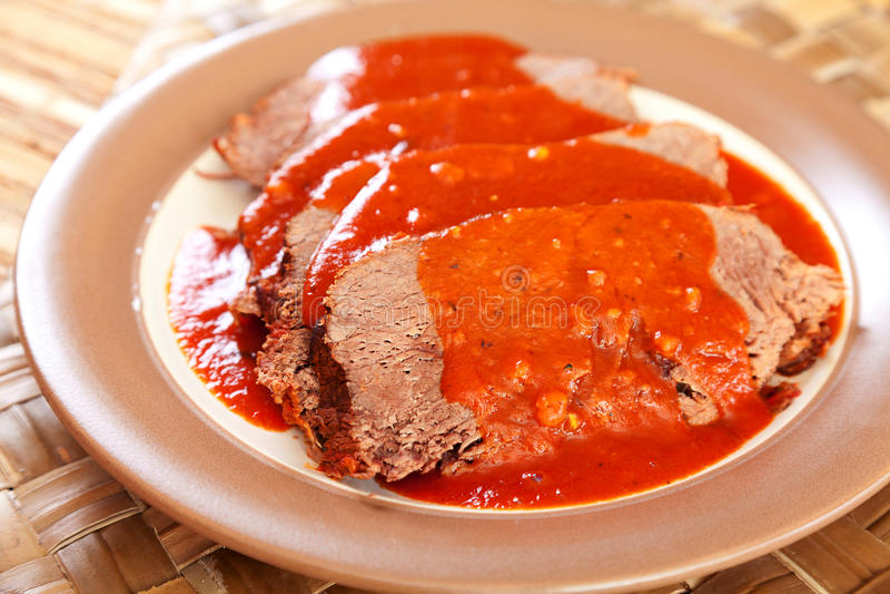 Kalfsvlees met tomatensaus stock afbeeldingen