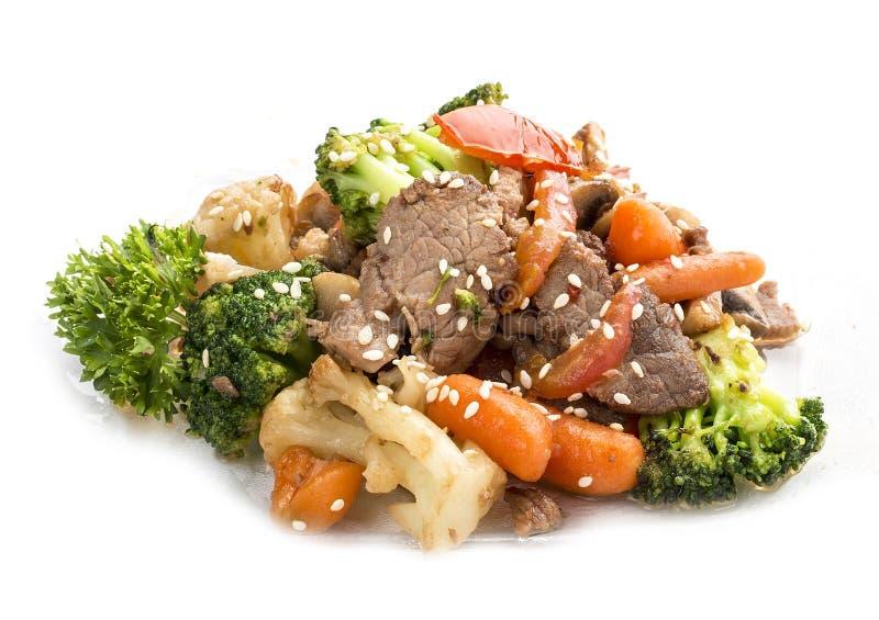 Kalfsvlees, in WOK met groenten in sojasaus wordt gebraden die royalty-vrije stock afbeeldingen