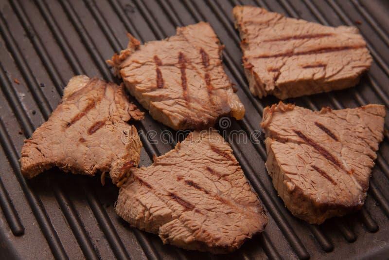 Kalfsvleeslapjes vlees op grillpan royalty-vrije stock foto