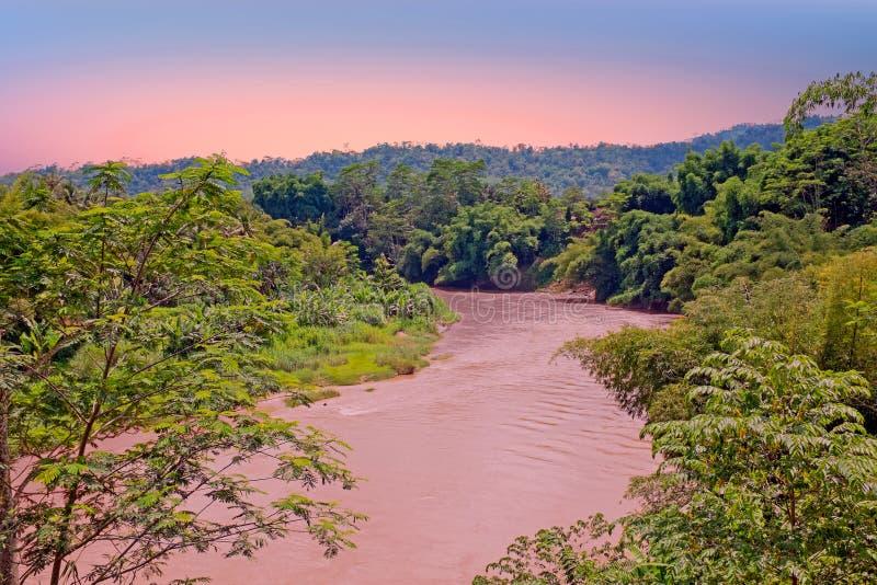 Kali Progo-Fluss auf Java Indonesia bei Sonnenuntergang stockfotografie