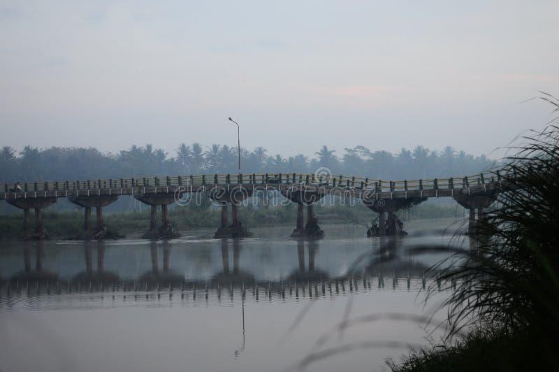 Kali Progo-Fluss in Yogyakarta mit der Brücke während des Morgens stockbilder