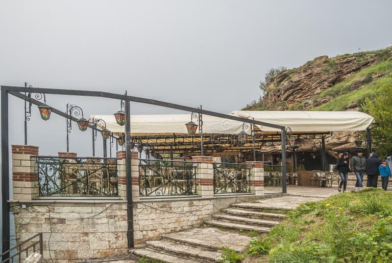 Kaliakra udde, länge och smal bulgarisk rubrik på Blacket Sea royaltyfri bild