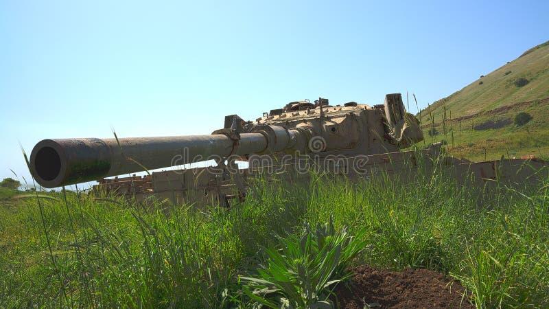 Kaliberu pistolet na starym zniszczonym zbiorniku obok Syryjskiej granicy obraz stock
