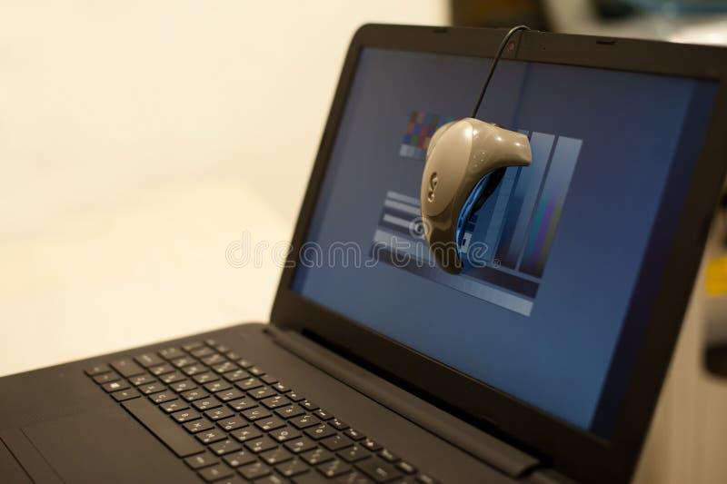 Kalibrierung des Laptopschirmes lizenzfreie stockfotografie