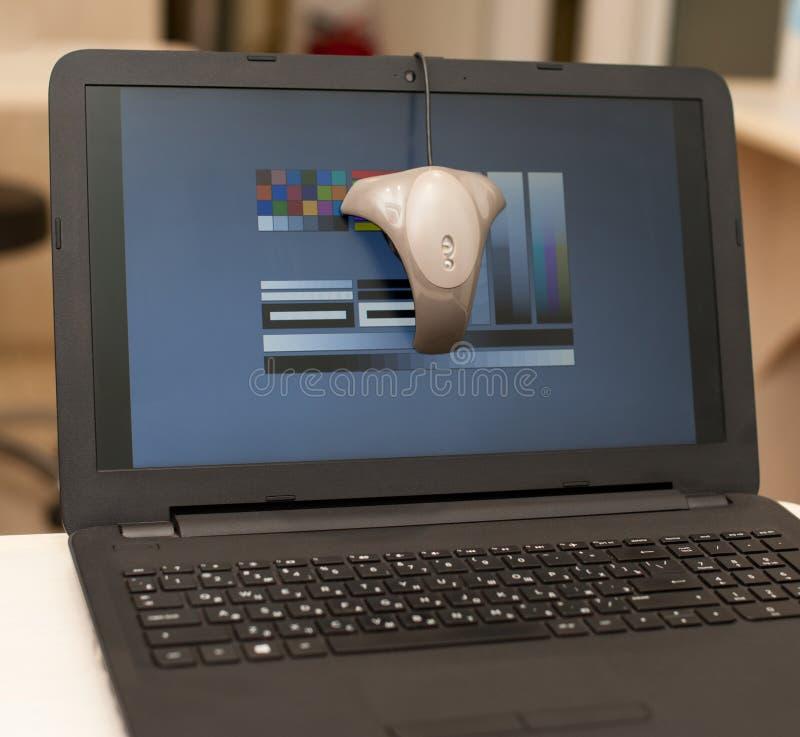 Kalibrierung des Laptopschirmes stockfoto