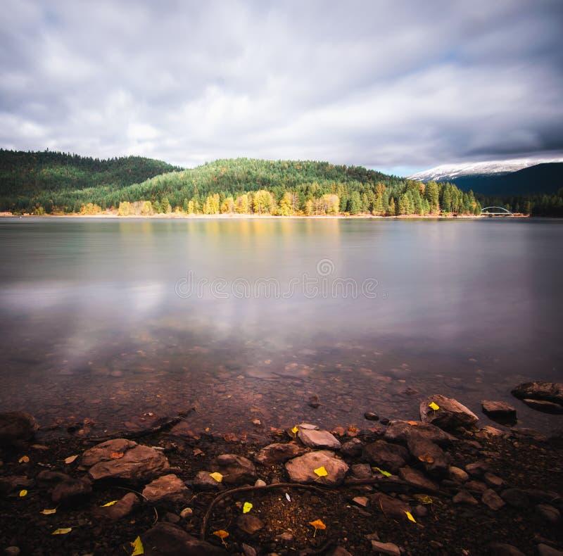 Kalifornia spadku piękni jeziorni odbija kolory zdjęcia royalty free