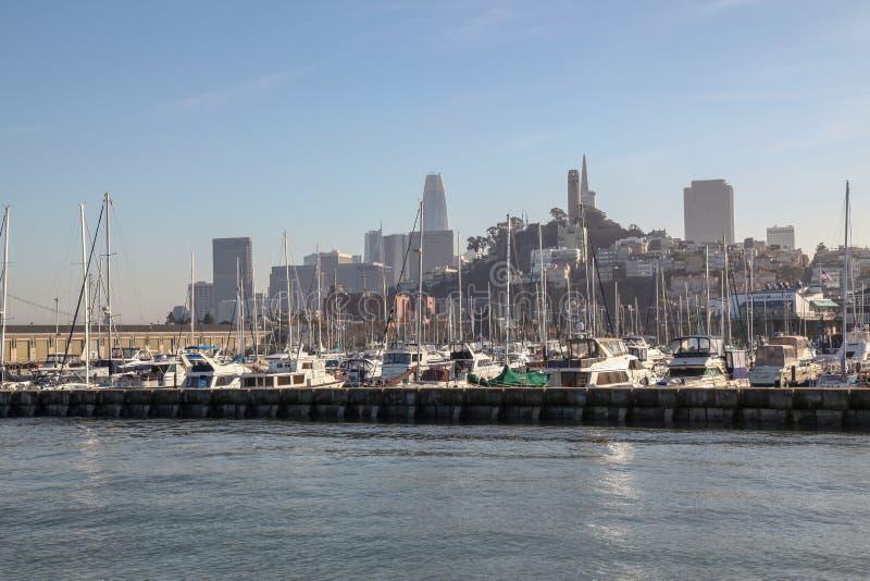 KALIFORNIA, usa: Grudzień 12,2018: Widok łodzi stacja w KALIFORNIA od łodzi w morzu fotografia royalty free