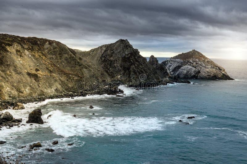 Kalifornia wybrzeże podczas chmurnego zmierzchu fotografia royalty free