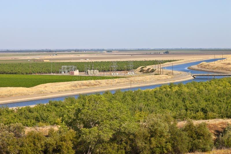 Kalifornia ziemie uprawne i aquaduct. obrazy royalty free